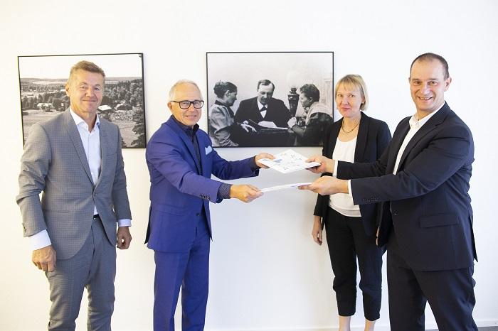 Raimo Kalliokoski, Hannu Ronkainen, Kaija Oksanen ja Jukka Kujala sopimuksen allekirjoitustilaisuudessa